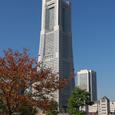紅葉とランドマークタワー