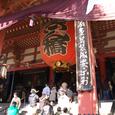 年末の参拝客で混み合う浅草寺本堂