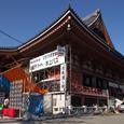 正月準備中の浅草寺本堂